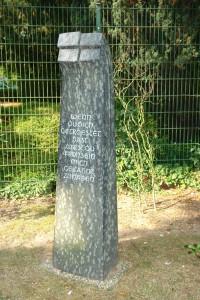 """Diabas Stele mit Spruch aus : """"Der kleine Prinz"""""""