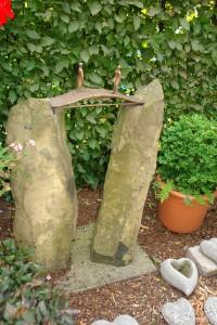 Grabstein Basalt-Doppelstele mit Bronzebrücke