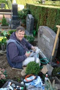 Steinmetz Roland Trogemann bei einer Nachbeschriftung auf dem Friedhof
